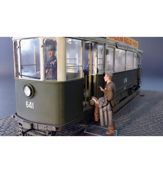 1-35 EUROPEAN TRAMCAR W/CREW e Passengers